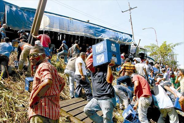 Presentes en el lugar aprovecharon el incidente para saquear el camión cargado de cerveza