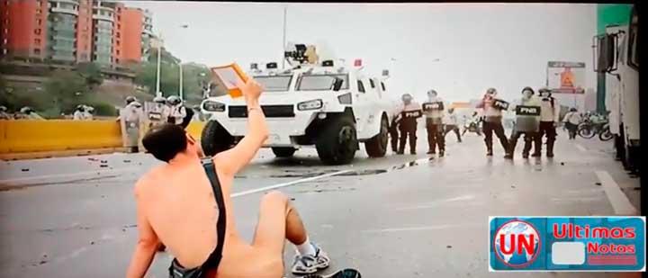Hombre desnudo delante blindado frente tanqueta PNB