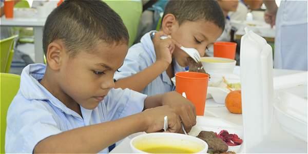 Contraloría colombiana encontró sobreprecios en contratos de alimentación para estudiantes.
