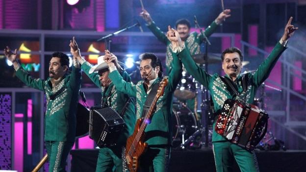 """Dentro de su repertorio musical, Los Tigres del Norte, tocaron uno de sus clásicos, """"Jefe de Jefes"""", un canto al que se le hace apología a la vida del capo"""