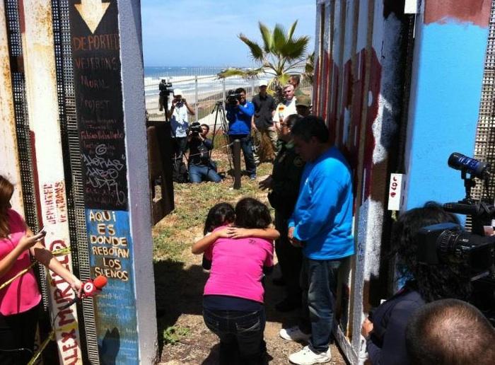 Muro que separa San Diego de Tijuana se abrió por más de veinte minutos