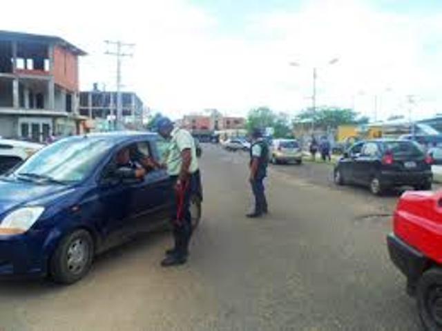 Durante la persecución, los jóvenes ladrones se enfrentan a la comisión policial