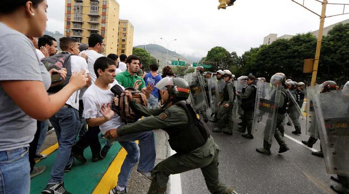 Tres decesos y más de 170 detenidos dejó paro cívico convocado por la MUD
