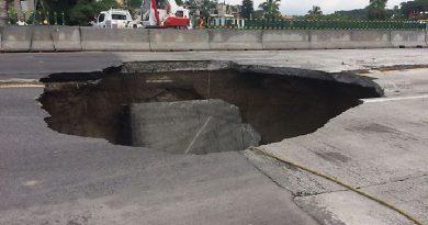 Mueren dos personas al caer en megahueco que se formó en autopista de Cuernavaca