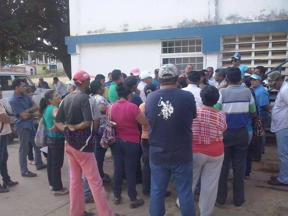 Los ciudadanos que lidian a diario con la escasez del vital liquido, acuden hasta la planta de tratamiento Hidropaez, ubicada en la calle La Esperanza del sector La Romana, a plantear la situación