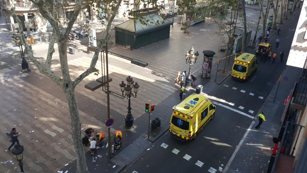 la furgoneta se subió en la calzada peatonal, en el inicio de la Rambla y recorrió el paseo central,
