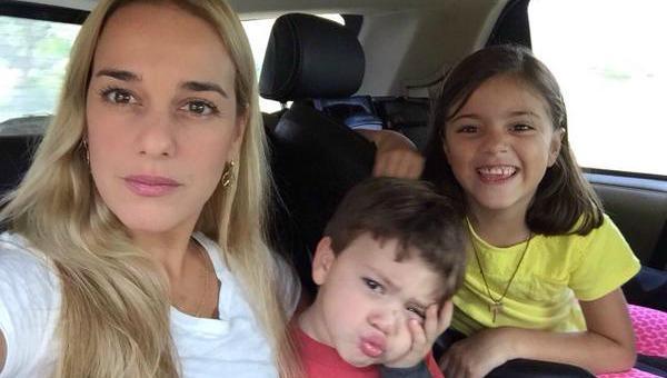 El matrimonio ya tiene dos hijos, aún pequeños, una niña de nombre Manuela quien tiene ocho años, y Leopoldo Santiago de cuatro años de edad.