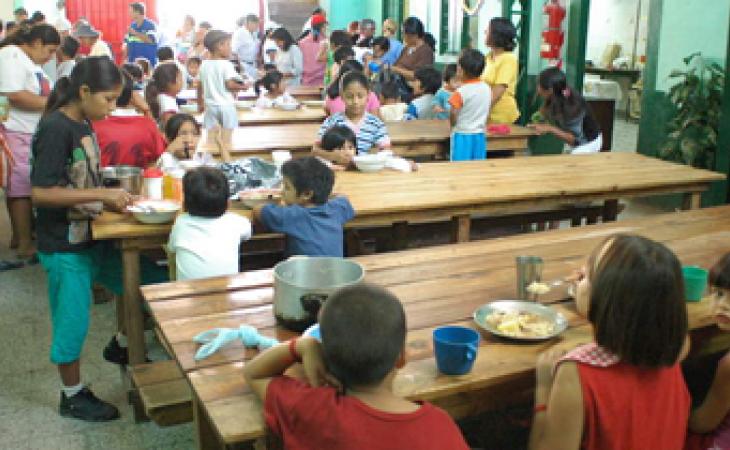 La acción filántropica se repite en otro punto de Cúcuta, donde otro grupo de personas preparan alimentos para un mínimo de doscientos venezolanos
