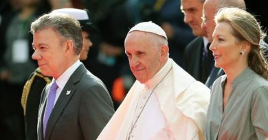 El hijo de Clara Rojas, un niño nacido en cautiverio, fue quien le ofreció el primer obsequió al Papa Francisco