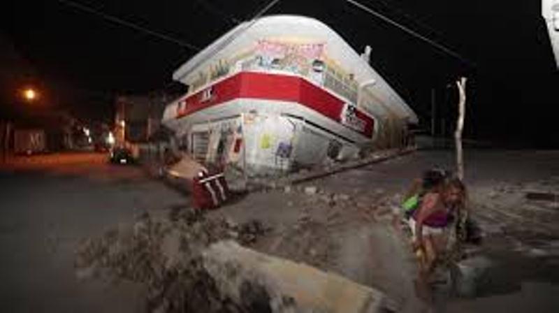 Muchas estructuras físicas presentan grietas de consideraciones, alrededor de unos quinientos edificios presentan deterioro debido al movimiento sísmico