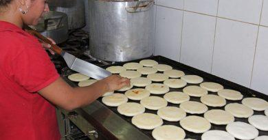 """Areperas venezolanas se las """"ingenian"""" para no quebrar ante rubros alimenticios"""