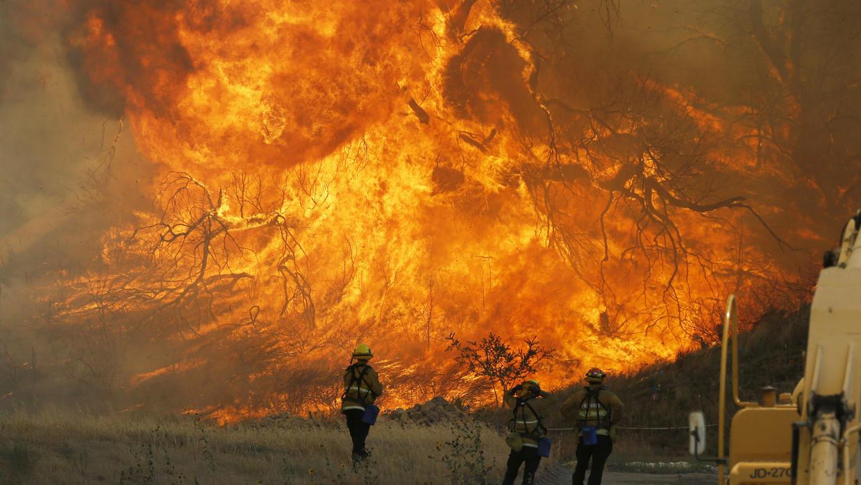 Voraz incendio continua devastando a California