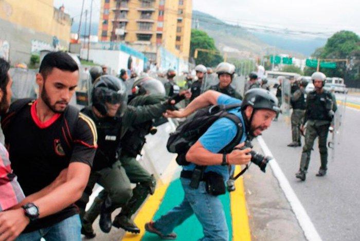 Mientras hacían un reportaje de investigación, tres periodistas son detenidos en Venezuela