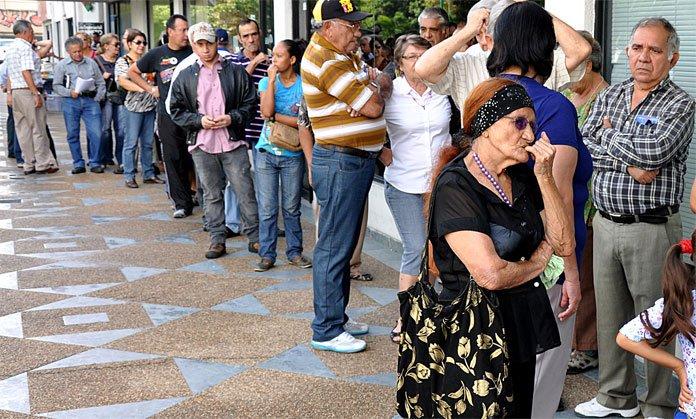 Jubilados y pensionados en los bancos a la espera de cobrar la pensión