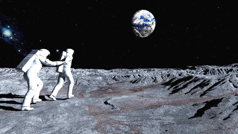 el presidente estuvo acompañado  por el director interino de la NASA, Robert Lightfoot; Peggy Whitson, la primera mujer astronauta comandante la Estación Espacial Internacional; y por el vicepresidente, Mike Pence.