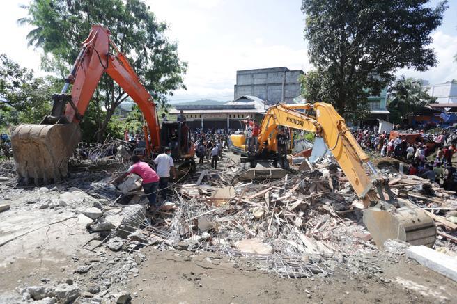 Fuerte terremoto de 6.5 en la escala de Rirchter azotó a Indonesia