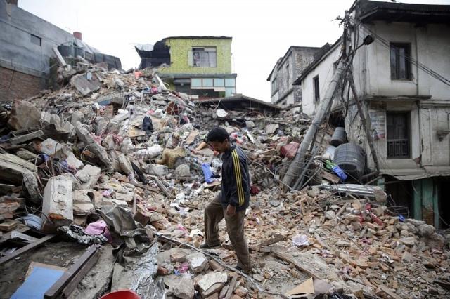 Varios edificios de la isla de Java se derrumbaron, otros sufrieron grietas, la población permanece en las calles por temor a réplicas, cosa que es normal en casos de terremotos.