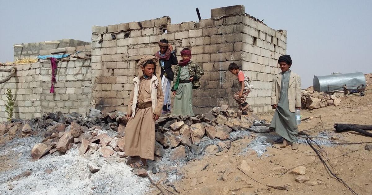 El control por parte de los rebeldes hutíes d elos puetos, imposibilita la entrada de alimentos, medicinas e insumos básicos para la vida diaria.