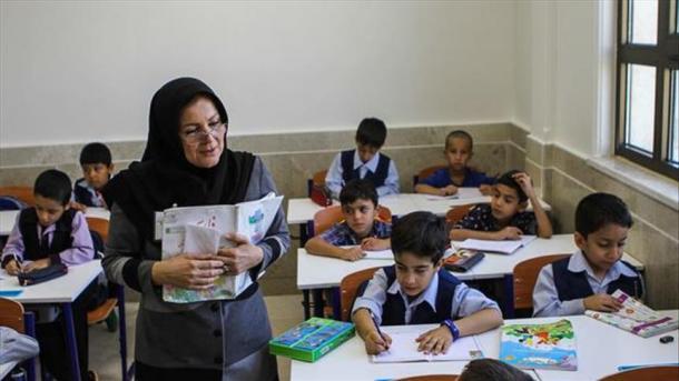 Por lo general, la enseñanza del inglés en las escuelas públicas de Irán comenzaba  cuando los niños llegaban a los doce y catorce  años de edad
