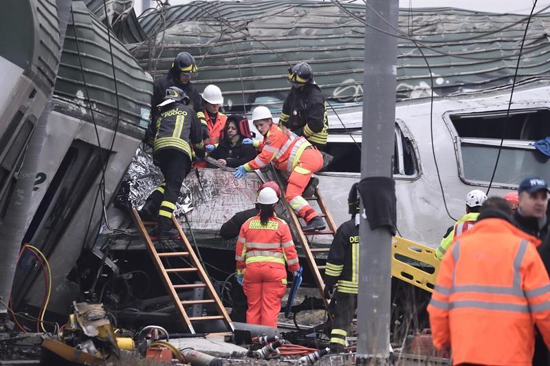 La policía, organismos de tránsito ferroviario, tratan de conocer las causas que originaron el descarrilamiento
