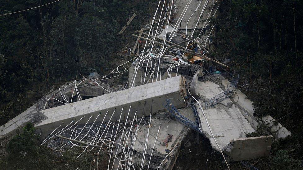 Las imágenes publicadas muestran lo que parecía ser la mitad del puente aun en pie, mientras que la otra mitad se había desplomado en el barranco de abajo.