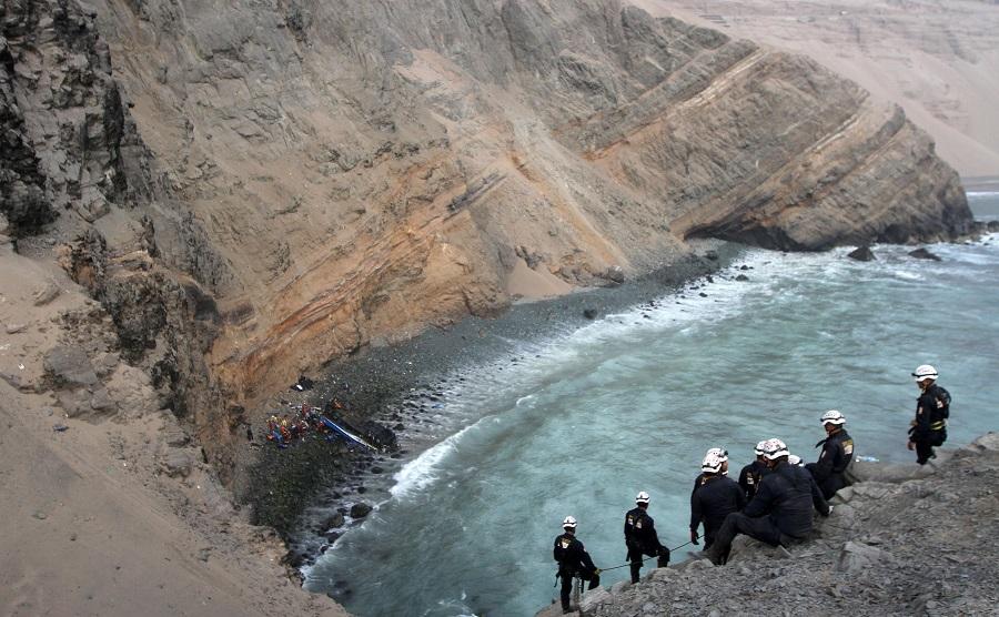 Inicio de año trágico en Perú por el descarrilamiento de un aútobus