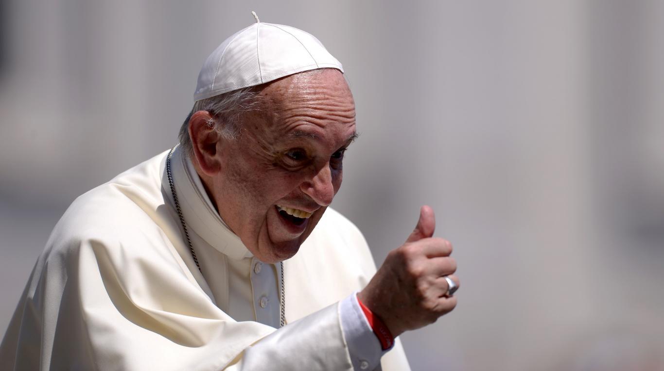 Los voluntarios, grupo especial siempre presentes en las visitas papales, lo esperaban sonrientes, y con especial atención el Santo Padre se dirigió al grupo  para darle la mano a cada uno