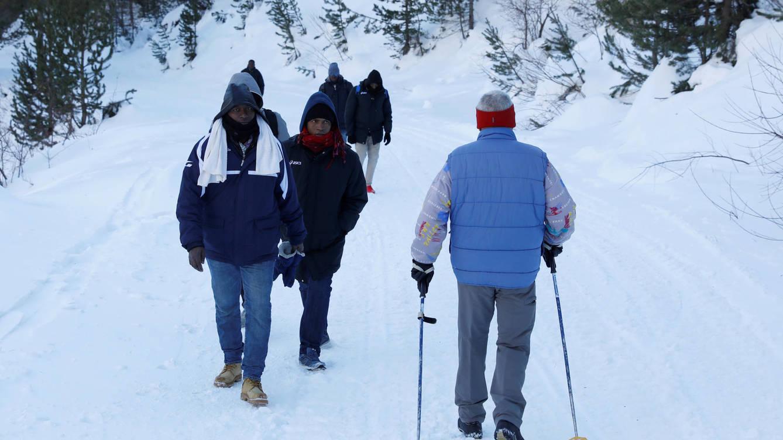Inmigrantes ilegales cruzan los Alpes para lograr llegar a Francia