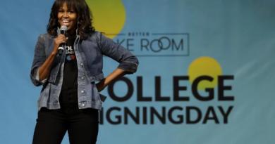 Michelle Obama sorprende con la doble chaqueta vaquera